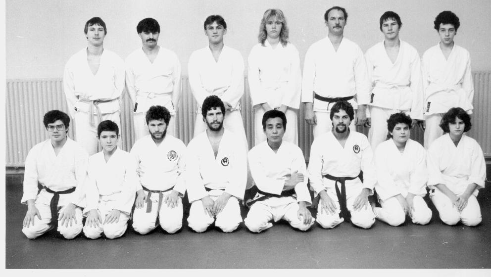 Maître Yoshikazu Kamigaito (1ère rangée, 4ème à partir de la droite) lors d'un stage à Mamer, en décembre 1984